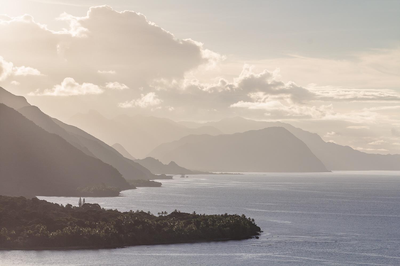 Thio fin du jour coucher soleil brumeux plan montagnes mer nouvelle calédonie expatriation photographe d'art