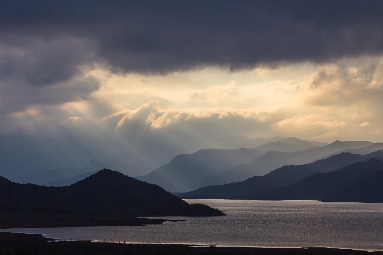 Lac soleil coucher soleil lumière arbres montagnes expatriation photographe mariage paysage fine art sigrid pélisset