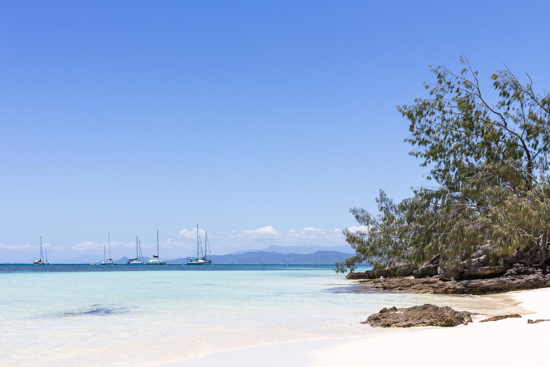 Carte postale nouvelle Calédonie tirage d'art fine art photographe expatriation lagon ilôt voiliers plage de sable blanc